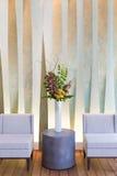 Blom- ordning med cymbidiumen, vanlig hortensia, orkidér, moluccella Fotografering för Bildbyråer