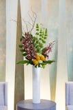 Blom- ordning med cymbidiumen, vanlig hortensia, orkidér, moluccella Arkivbild