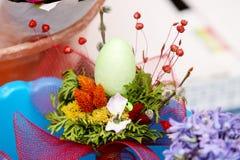 Blom- ordning med det easter ägget Arkivfoton
