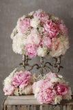 Blom- ordning med rosa pioner, vita krysantemum och G Arkivfoton