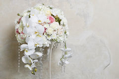 Blom- ordning med vita orkidér Fotografering för Bildbyråer