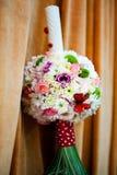 Blom- ordning på en dop- stearinljus royaltyfri fotografi