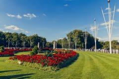 Blom- ordningar framme av Buckingham Palace Royaltyfri Foto