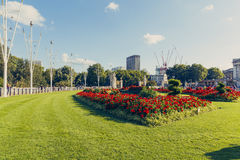 Blom- ordningar framme av Buckingham Palace Arkivbilder