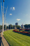 Blom- ordningar framme av Buckingham Palace Royaltyfri Bild