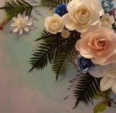 Blom- pappers- bakgrund, blommaorigamigarnering, origami blommar Arkivbild