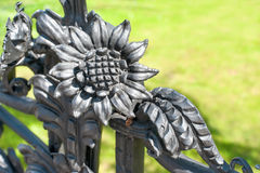 Blom- prydnad för järn Del av det antikvitet buktade staketet i Warszawa Royaltyfria Bilder