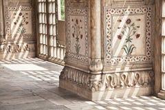 Blom- prydnad på marmorkolonnerna Fotografering för Bildbyråer