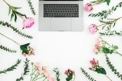 Blom- ram med bärbara datorn och rosa blommor på vit bakgrund Top beskådar Lekmanna- lägenhet royaltyfria foton