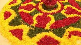 Blom- Rangoli ordningsfestival Indien arkivfilmer