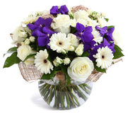 Blom- sammansättning i exponeringsglas, genomskinlig vas: Vita rosor, violetta orkidér, vita gerberatusenskönor, gröna ärtor. Isol Royaltyfri Bild