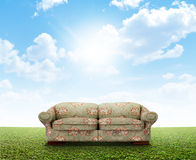 Blom- Sofa On Lawn arkivfoto