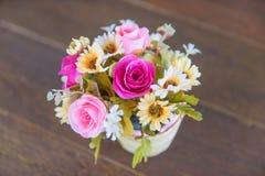 Blombuketten i en vas är på trägolvet/den specifika focuen Royaltyfria Bilder