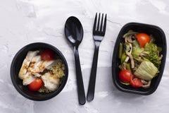 Blomkål, salladsidor och kål med kornbröd, strikt vegetariansallad arkivbilder