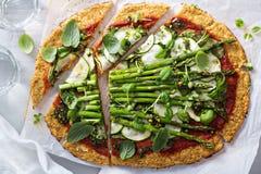 Blomkålpizza med zucchinin och sparris Royaltyfria Bilder