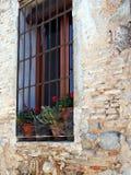 Blomkrukor i fönstret, Toledo, Spanien arkivbild