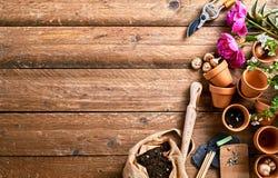Blomkrukor och jord med kopieringsutrymme Fotografering för Bildbyråer