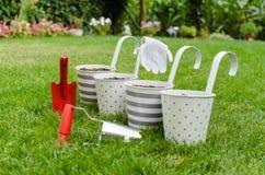 Blomkrukor och trädgårdhandhjälpmedel Arkivbild