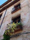 Blomkrukor på balkongen, Toledo, Spanien arkivfoton