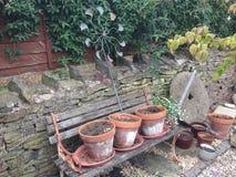 Blomkrukor på trädgårds- bänk Royaltyfri Fotografi