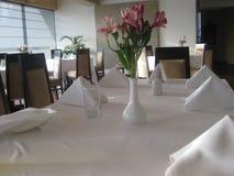 Blomma över tabellen i restaurang Arkivfoton