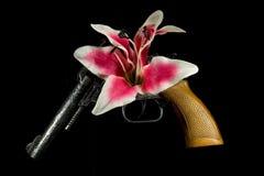 Blomma över vapensvartbakgrund royaltyfria bilder