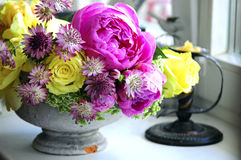Blomma bröllopordningen med ranunculusen, pionen, rosor Royaltyfria Bilder