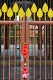 Blomma dekorerad port på på den hinduiska templet Arkivfoton