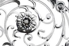 Blomma detaljen av det gamla gråa utsmyckade staketet arkivbild