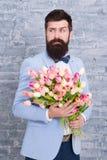 Blomma f?r mars 8 Skäggig man med tulpanblommabuketten abstrakt f?r?lskelse f?r blommor f?r f?gelpardatum Internationell ferie V? arkivfoto