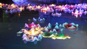 Blomma-formad stearinljusbränning i andepölen av den kinesiska templet lager videofilmer