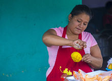 Blomma & gömma i handflatan festivalen i Panchimalco, El Salvador Arkivbild