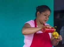 Blomma & gömma i handflatan festivalen i Panchimalco, El Salvador Arkivfoto