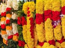 Blomma girlander för religiös ceremoni för Hinduism och för buddism arkivbilder