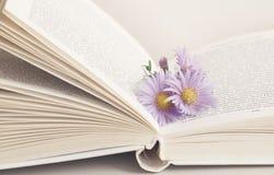 Blomma i den öppnade boken Royaltyfri Fotografi