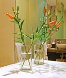 Blomma i utsmyckat badrum fotografering för bildbyråer