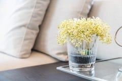 blomma i vas i vardagsrum Arkivbilder