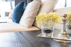blomma i vas i vardagsrum Fotografering för Bildbyråer