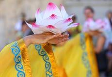 blomma lotusblomma som stöttas av händerna av den unga orientaliska dansaren Royaltyfria Bilder