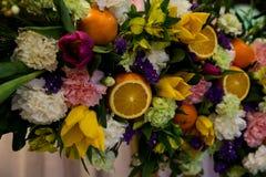 Blomma- och fruktsammansättning royaltyfri fotografi