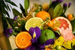 Blomma- och fruktsammansättning royaltyfri bild