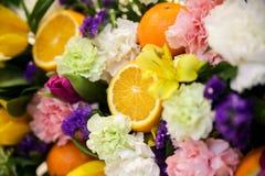 Blomma- och fruktsammansättning royaltyfria bilder
