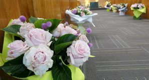 Blomma och stearinljus som anv?nds f?r en begravning fotografering för bildbyråer