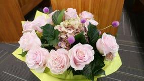 Blomma och stearinljus som anv?nds f?r en begravning royaltyfri bild