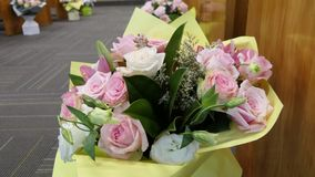 Blomma och stearinljus som anv?nds f?r en begravning royaltyfri foto