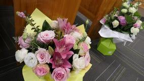 Blomma och stearinljus som anv?nds f?r en begravning arkivbilder