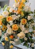 Blomma och stearinljus som anv?nds f?r en begravning royaltyfri fotografi