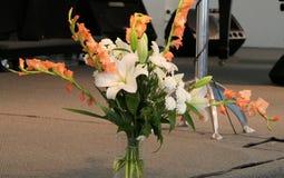 Blomma och stearinljus som anv?nds f?r en begravning royaltyfria bilder