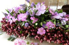 Blomma och stearinljus som anv?nds f?r en begravning arkivfoton