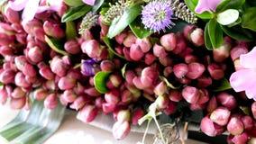 Blomma och stearinljus som anv?nds f?r en begravning arkivfoto
